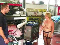 Geile MILF Mutter fickt den Jungen Azubi in der Werkstatt tube porn video