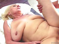 Sila the granny with hanging boobs gets nailed on a bed tube porn video
