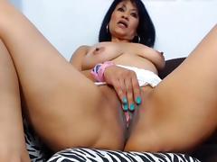Una vieja Colombiana aprovecha una buena folla con su dildo tube porn video